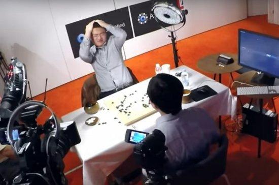 Fan Hui 2 dan (profesyonel, solda) AlphaGo tarafından 5-0 mağlup edildi.