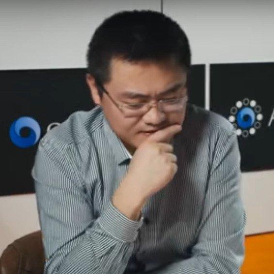 Fan Hui AlphaGo'ya karşı bir sonraki hamlesini düşünürken.