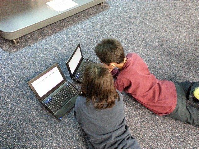 Bilgisayar Kullanan Çocuklar