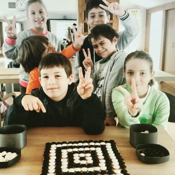 Çocuklar Kadıköy ve Mecidiyeköy yaz okulunda Go oynuyor