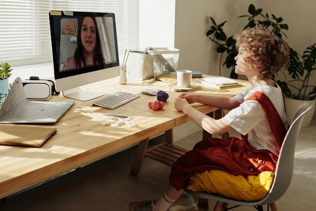online ders çalışan çocuk