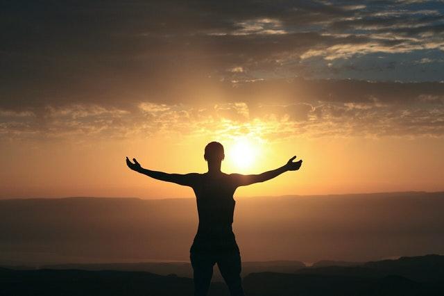 Sabah meditasyonu ve güneşin doğuşu