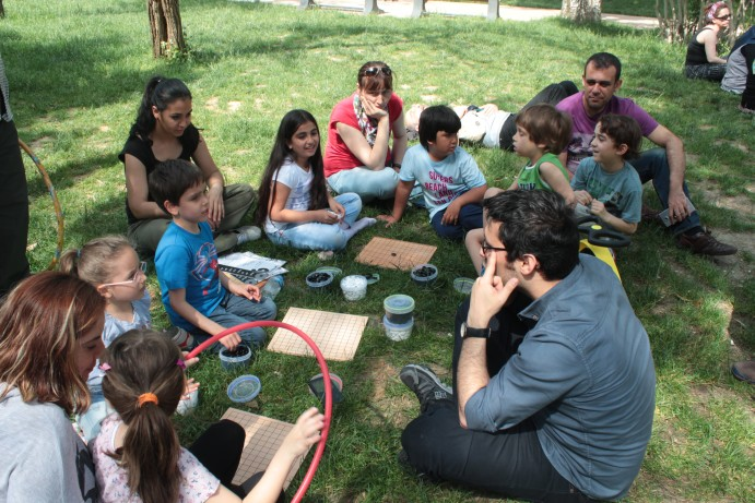 Maçka Parkı'nda Oyun ve çocuklara Go öğretirken