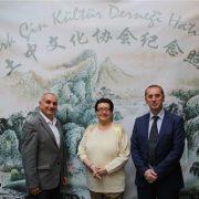 Türk Çin Kültür Derneği kurucu üyesi eğitimci Mustafa Karslı sağ başta yer alıyor.